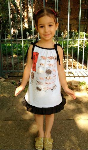 Обычная папина футболка с интересным принтом может стать летним сарафанчиком для дочки