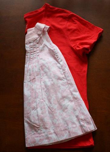 Таким образом из большой футболки можно сделать маленькое платье